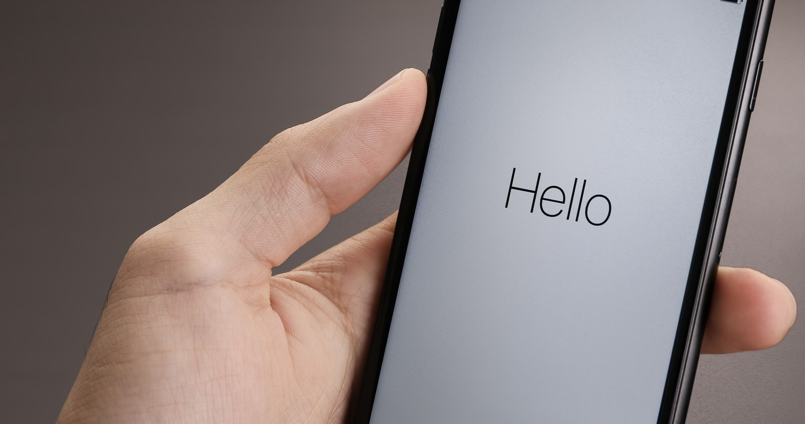 「「Hello」と表示されたスマートフォンの画面 | ぱくたそフリー素材」の写真