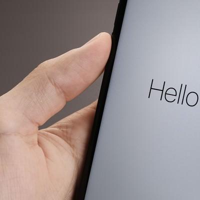 「「Hello」と表示されたスマートフォンの画面」の写真素材