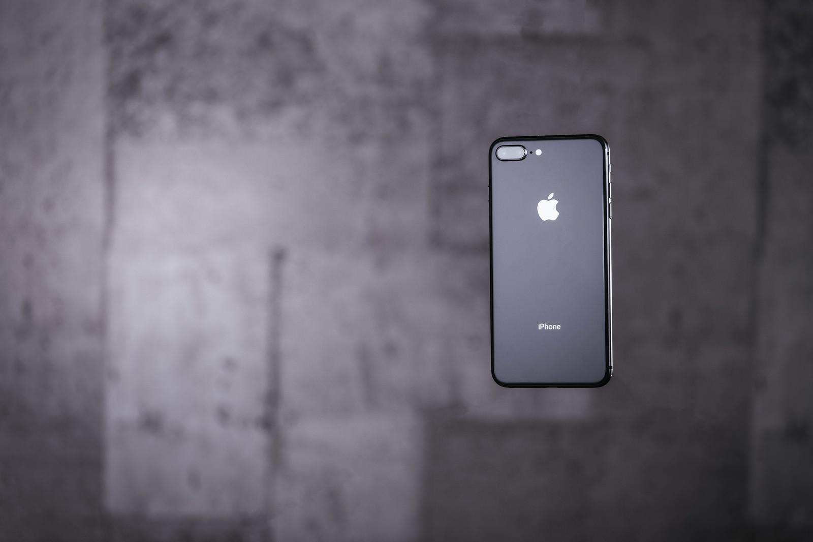 「宙に浮いた最新スマートフォン」の写真