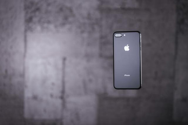 宙に浮いた最新スマートフォンの写真