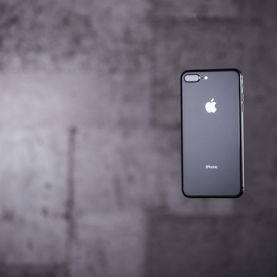 「宙に浮いた最新スマートフォン」の写真素材