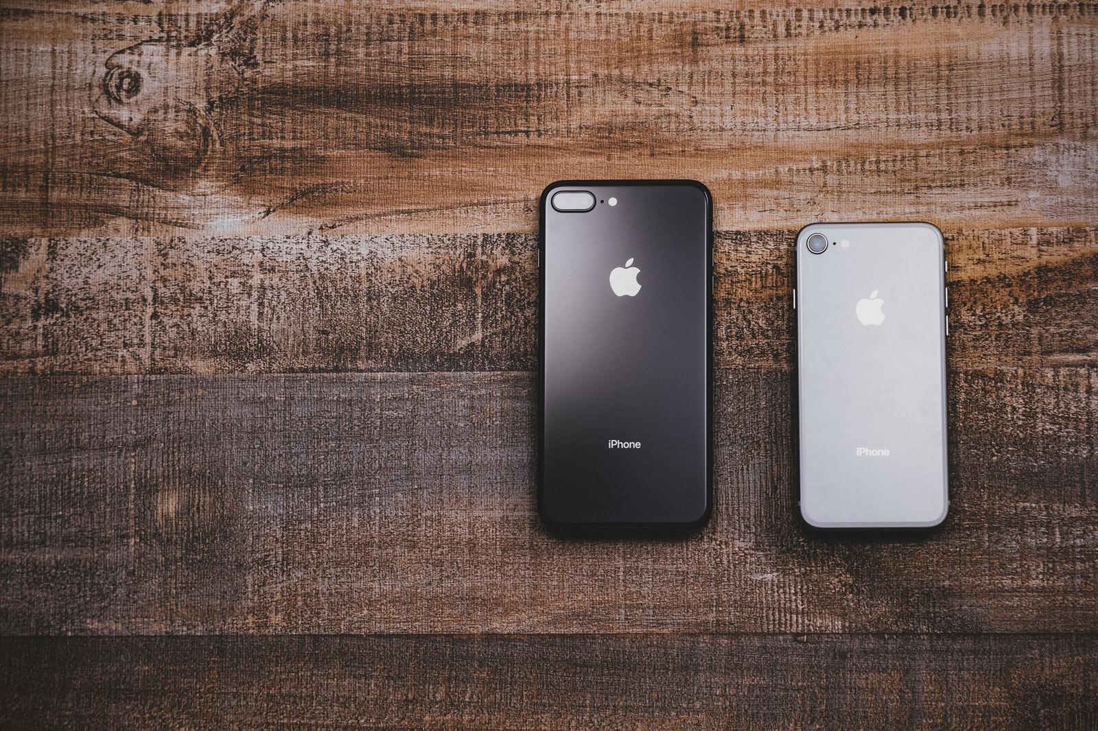 「大きさの異なるiPhone 8」の写真