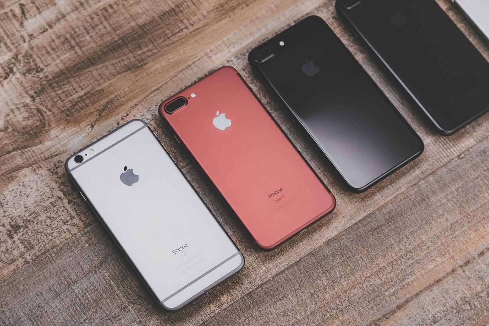 「5.5インチサイズのスマートフォン(背面)5.5インチサイズのスマートフォン(背面)」のフリー写真素材を拡大