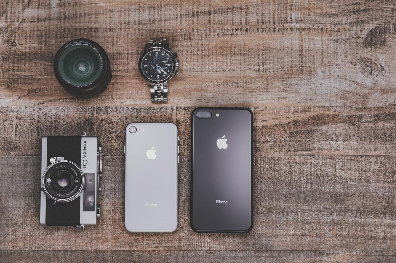 「木目調のテーブルとiPhone8木目調のテーブルとiPhone8」のフリー写真素材を拡大