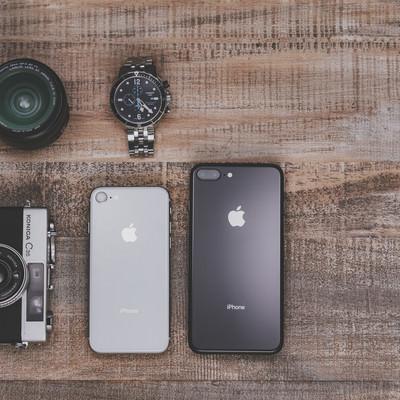 「木目調のテーブルとiPhone8」の写真素材
