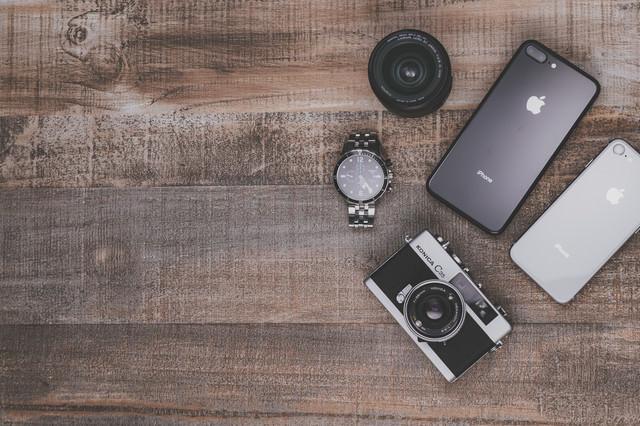 「フイルムカメラとiPhone8」のフリー写真素材