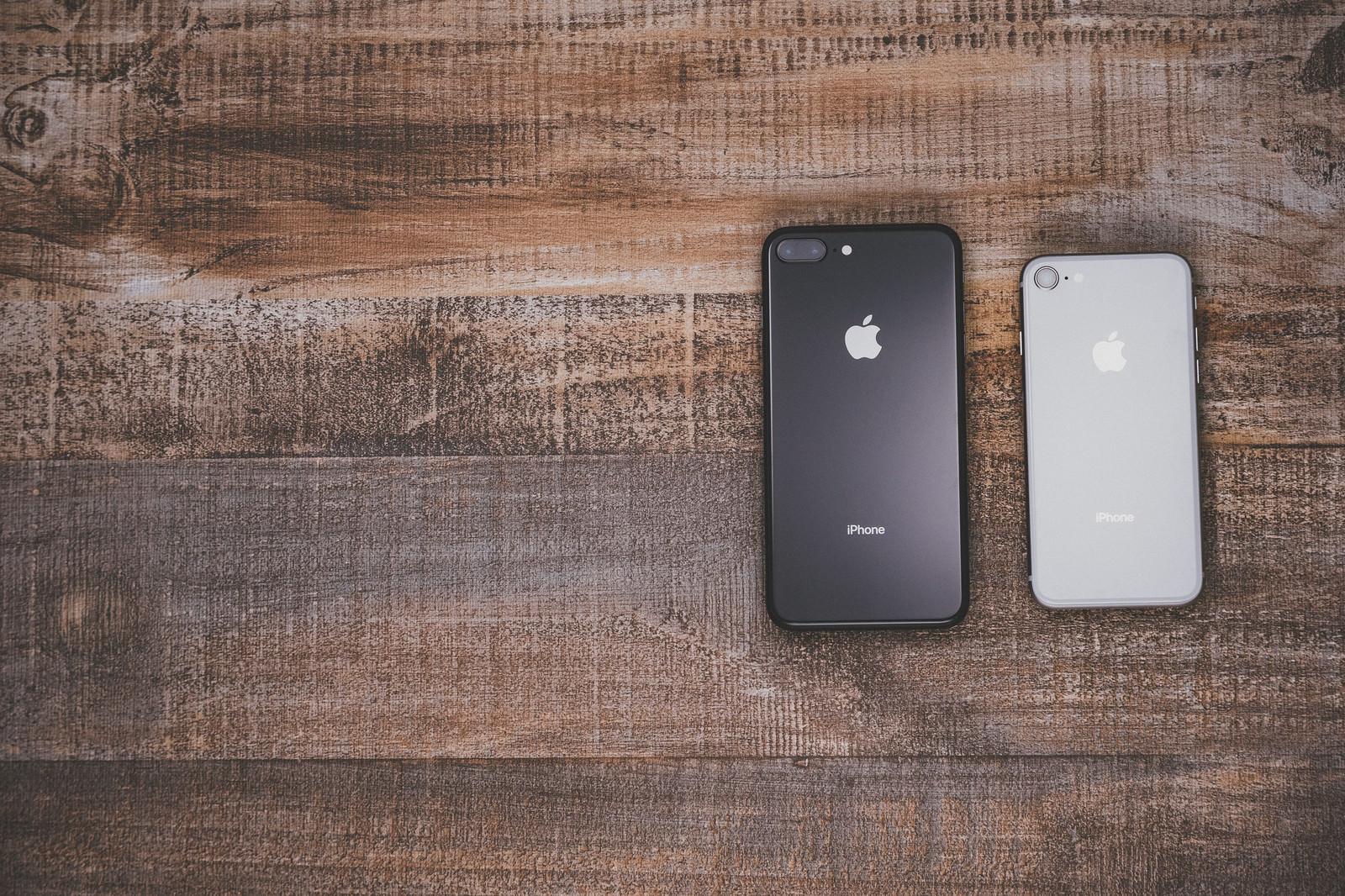 「iPhone 8 Plus スペースグレイと iPhone 8 シルバー」の写真