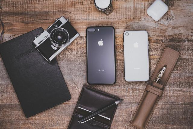 iPhone 8 Plus と筆記用具類の写真