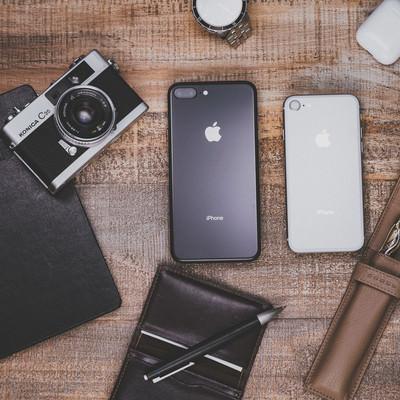 「iPhone 8 Plus と筆記用具類」の写真素材