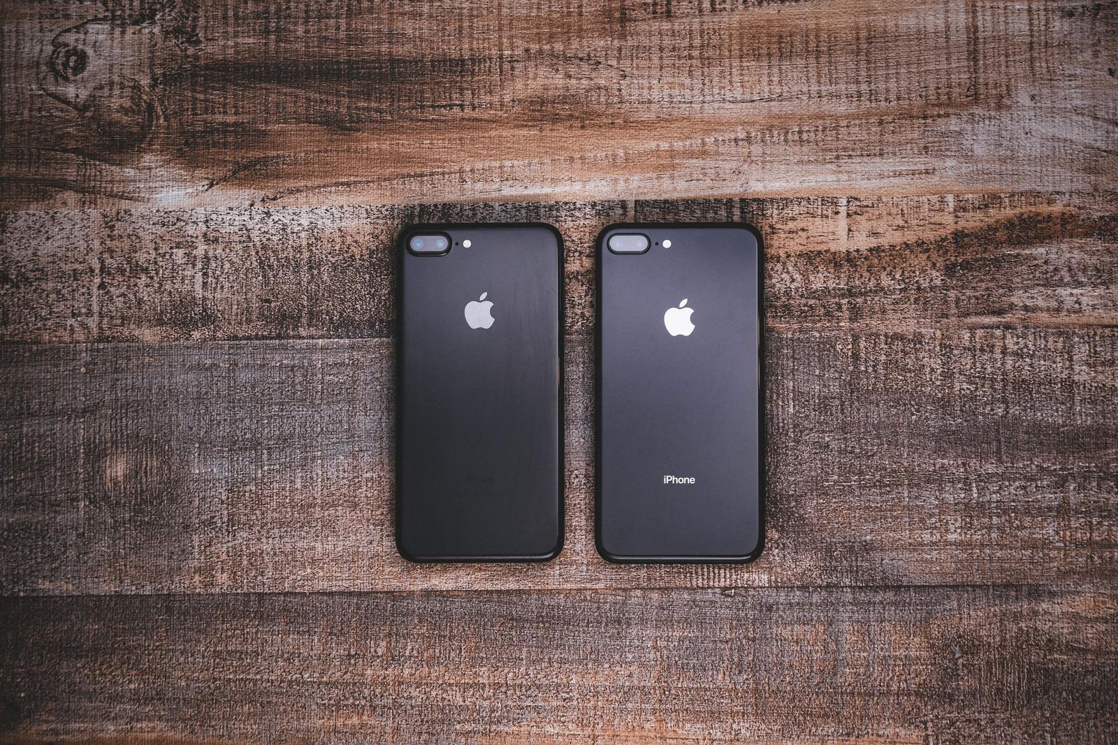 「iPhone 7 ジェットブラックとiPhone 8 スペースグレイの外観比較」の写真