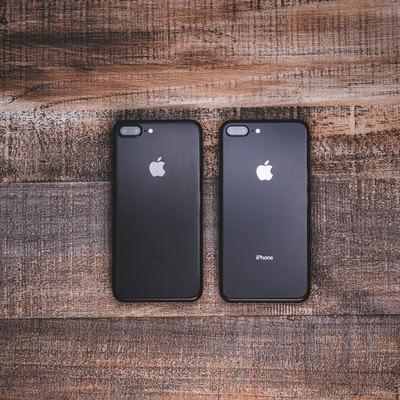 「iPhone 7 ジェットブラックとiPhone 8 スペースグレイの外観比較」の写真素材