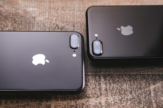 新旧iPhoneのデュアルレンズの写真