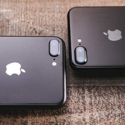 「新旧iPhoneのデュアルレンズ」の写真素材