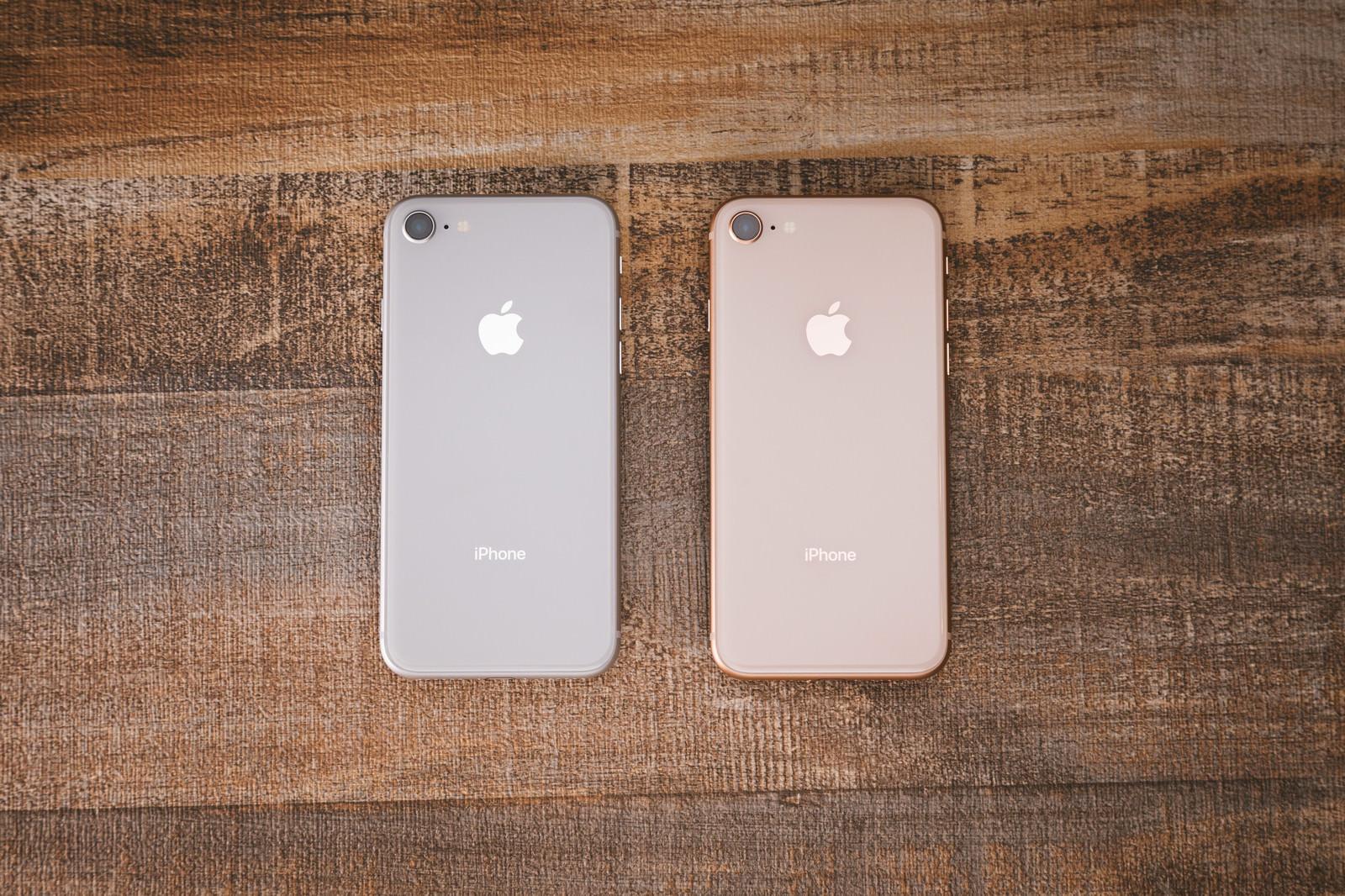 「iPhone 8 のシルバーとゴールド」の写真