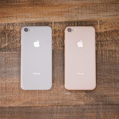 「iPhone 8 のシルバーとゴールド」の写真素材
