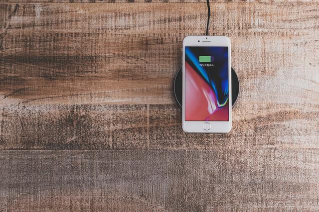 iPhone をワイヤレス充電中の写真
