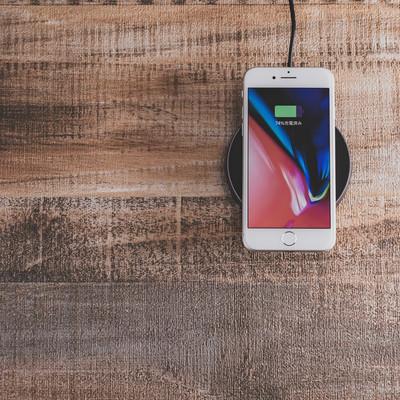 「iPhone をワイヤレス充電中」の写真素材