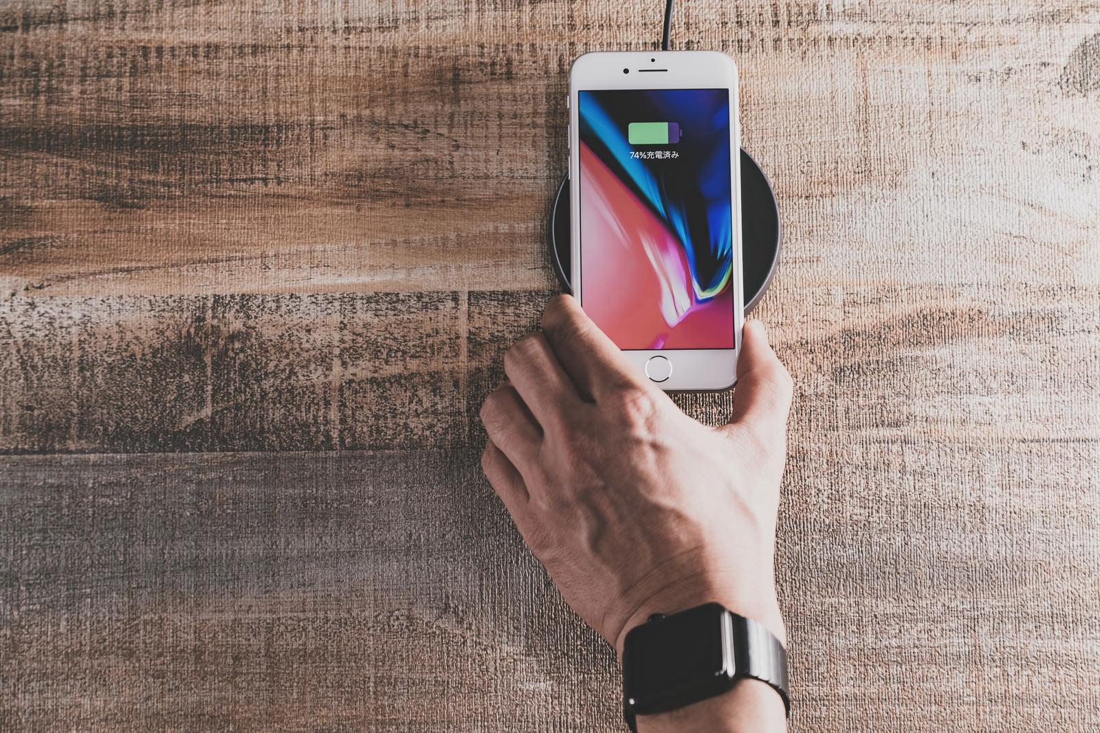 「スマホを置くだけで充電できる便利な時代(ワイヤレス充電)」の写真