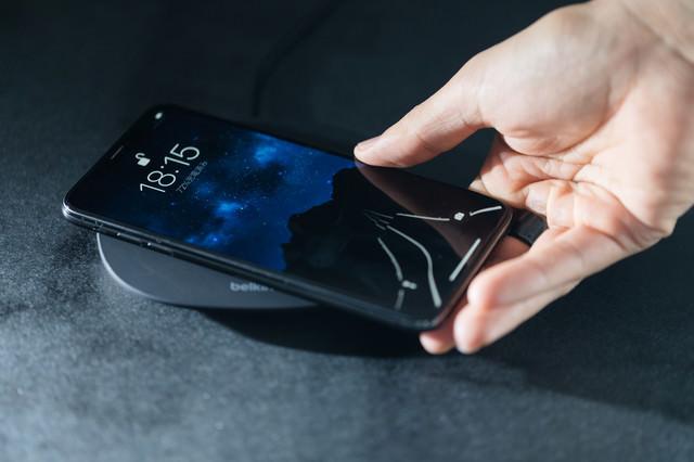 「iPhone XS をワイヤレス充電する」のフリー写真素材