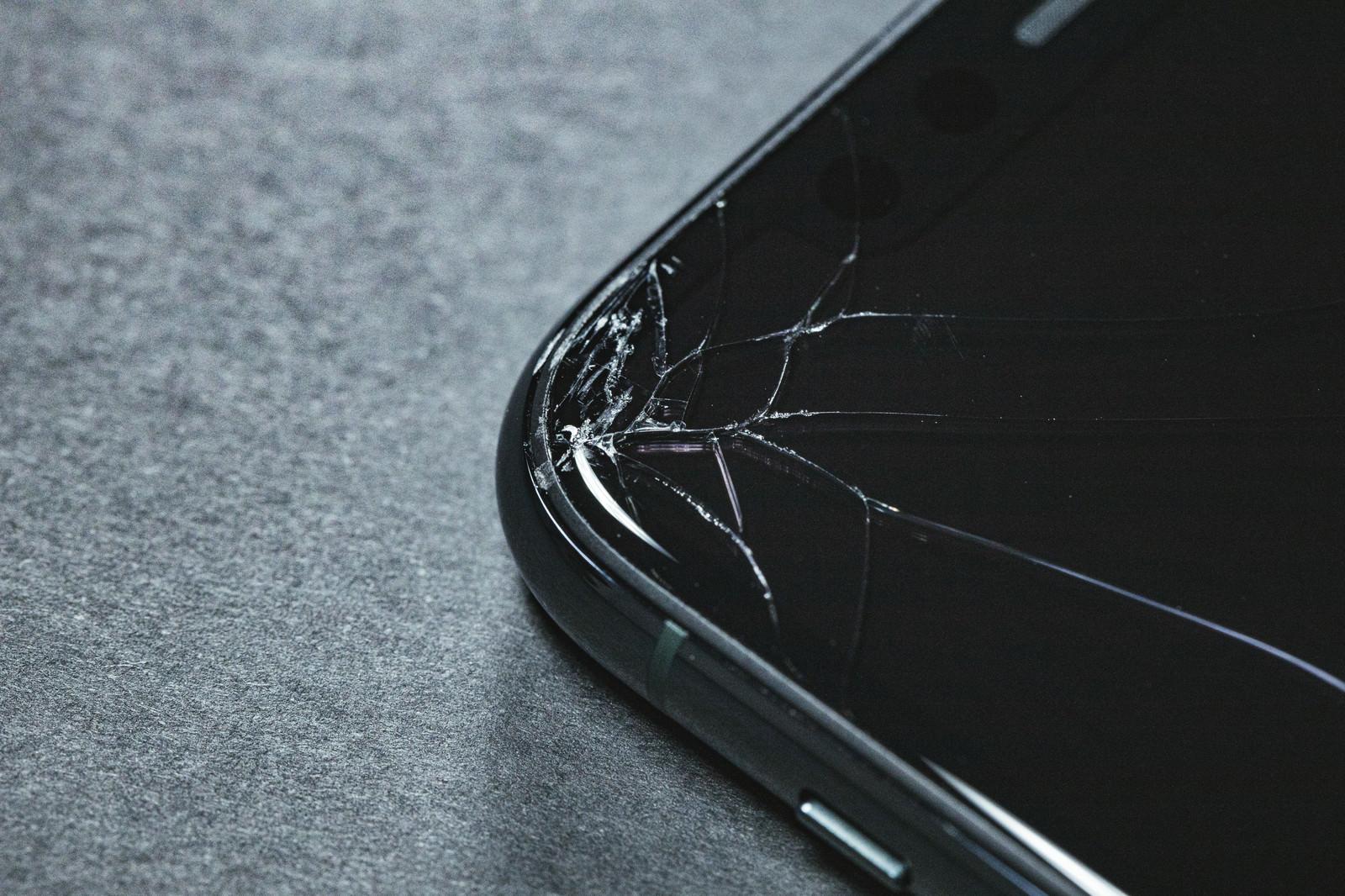 「角からひび割れした前面パネル(iPhone)」の写真