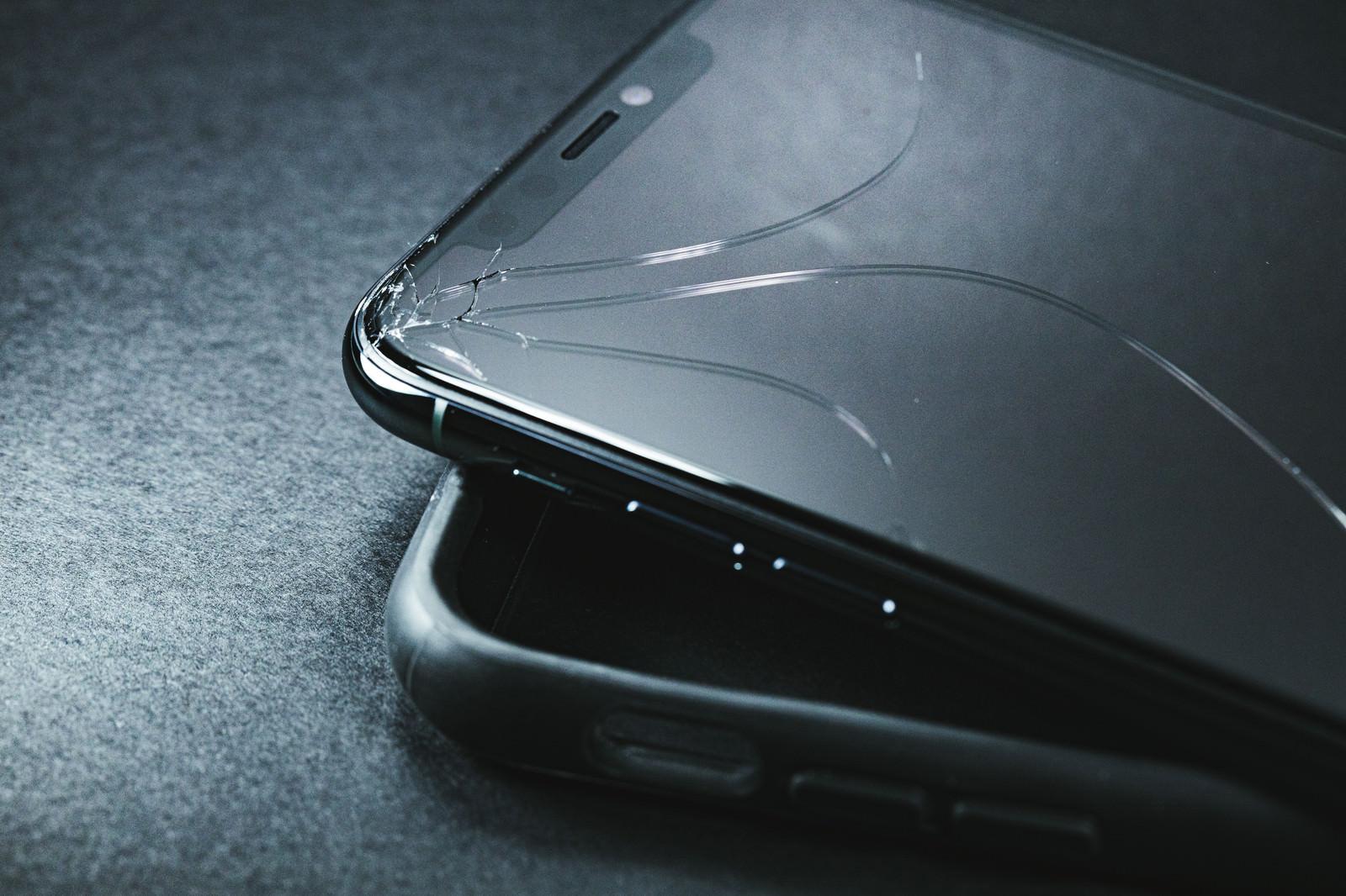 「保護ケースをつけてたのに当たりどころが悪くて画面にヒビが入るiPhone」の写真