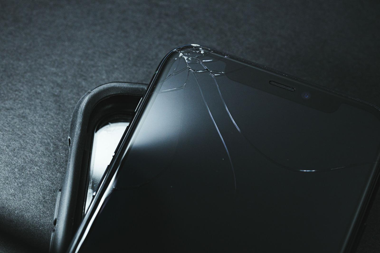 「保護ケースと破損したスマートフォン」の写真