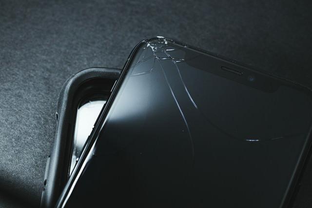 保護ケースと破損したスマートフォンの写真