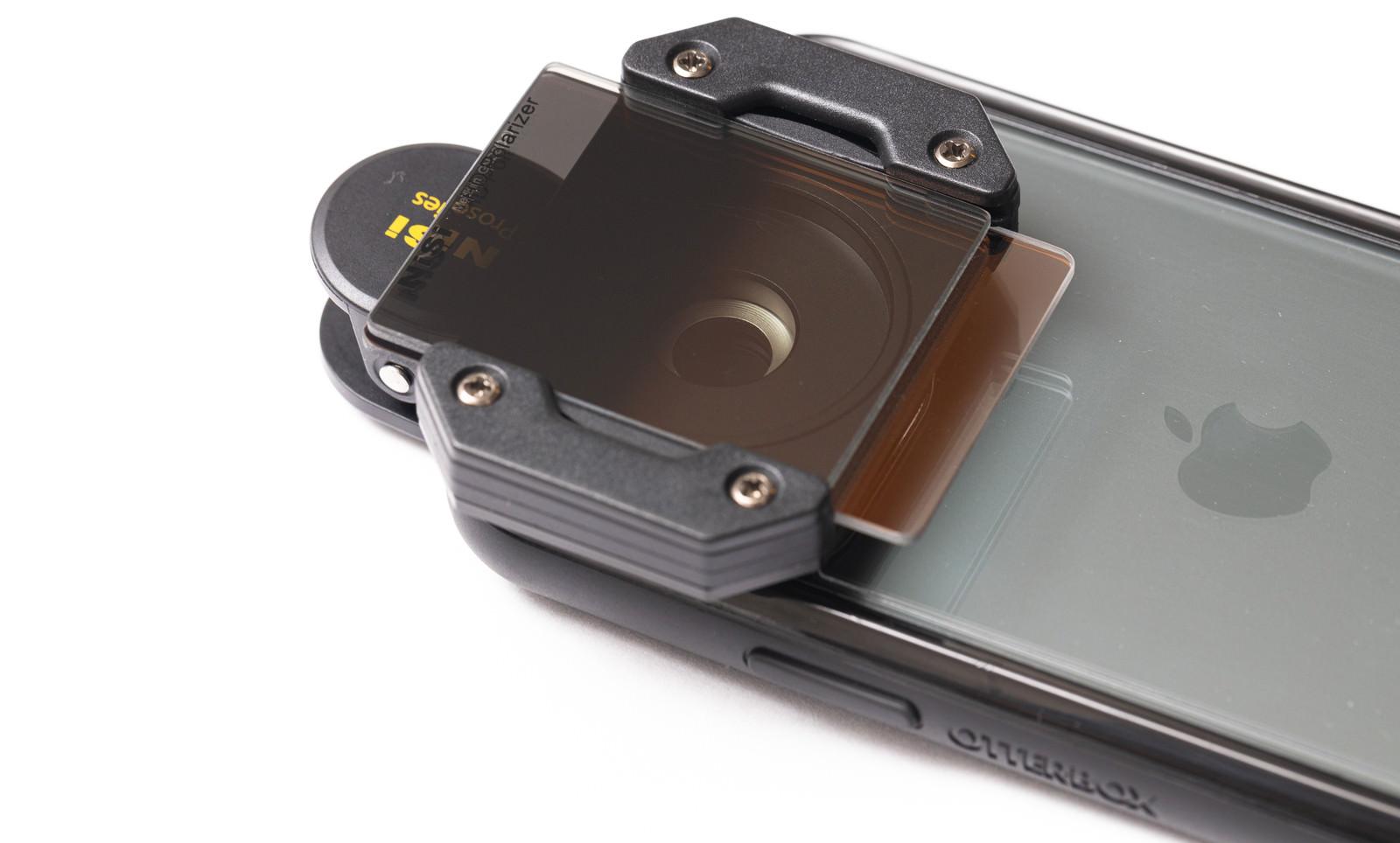 「スマートフォンに取り付けた角型フィルター」の写真