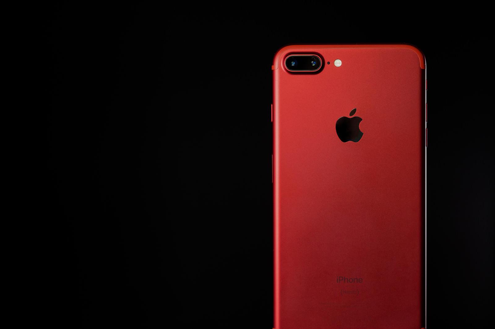 「美しく赤いカラーモデルのスマートフォン」の写真