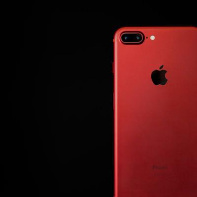 美しく赤いカラーモデルのスマートフォンの写真