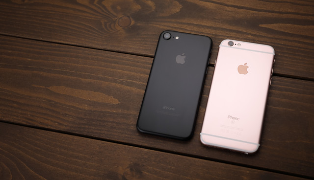 アンテナラインが消え美しいデザインへと進化したスマートフォン(比較)の写真