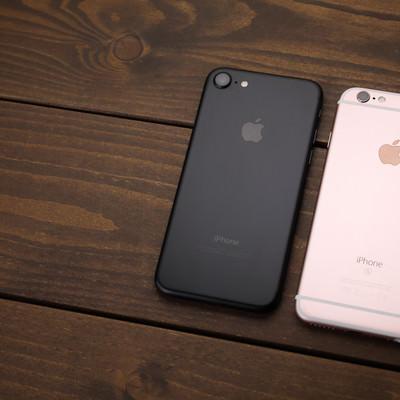 「アンテナラインが消え美しいデザインへと進化したスマートフォン(比較)」の写真素材