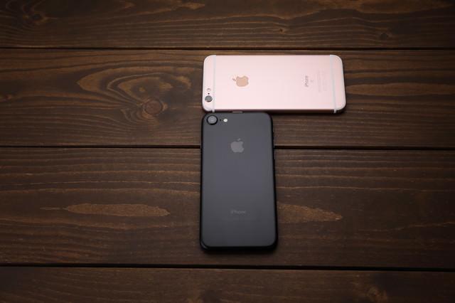 新しいスマートフォンと古いスマートフォンの写真
