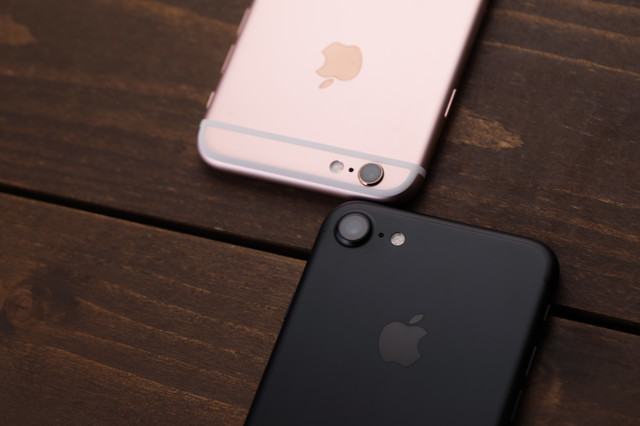 洗練されたデザインのスマートフォン新旧比較の写真