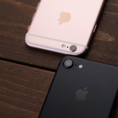 「洗練されたデザインのスマートフォン新旧比較」の写真素材