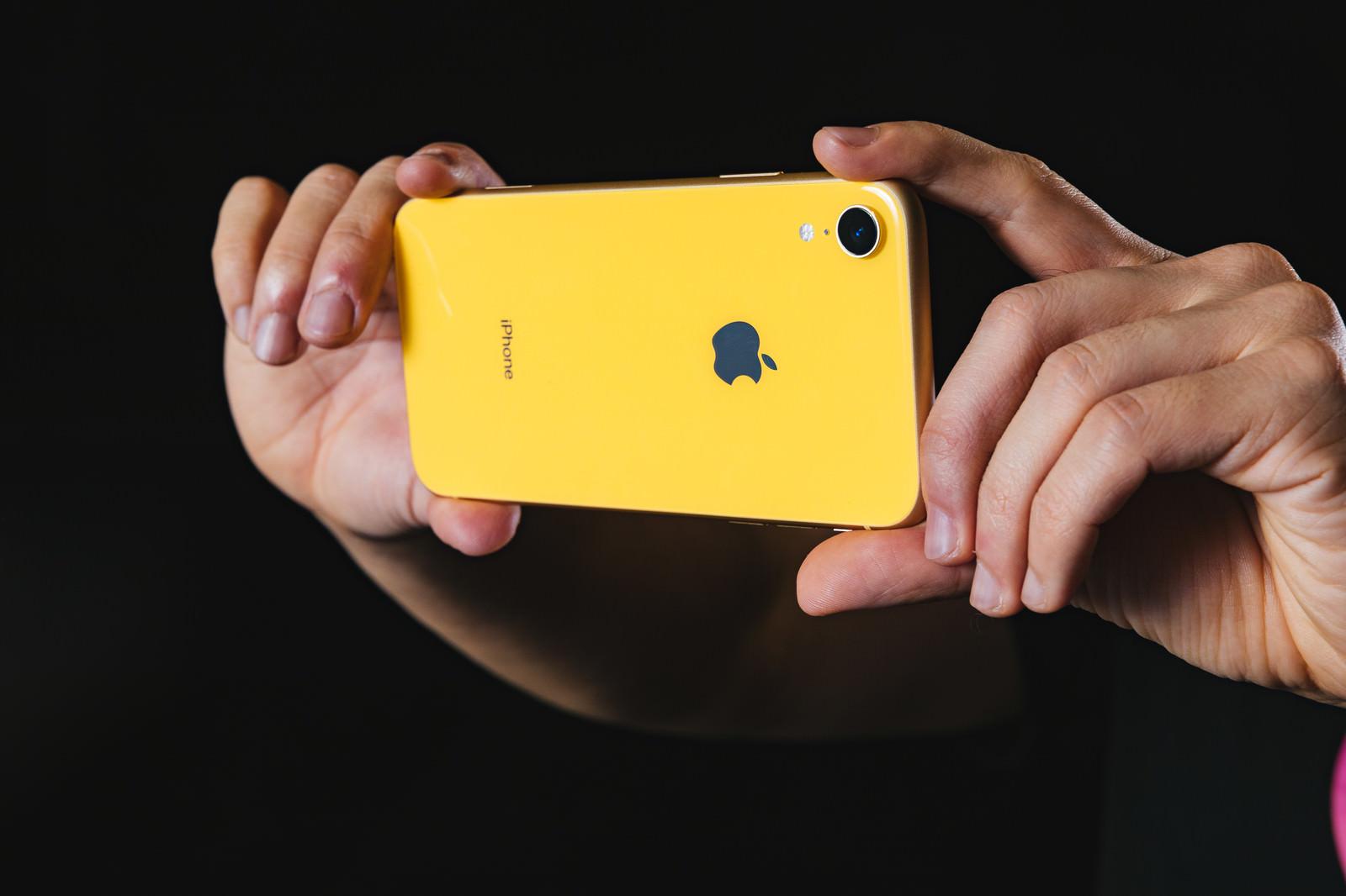 iPhoneXR の外向きカメラで撮影する様子のフリー画像(写真)