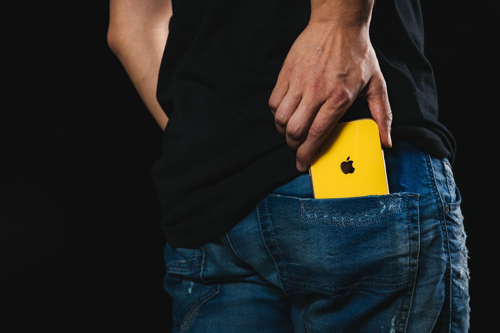 「後ろポッケから iPhoneXR を取り出す | 写真の無料素材・フリー素材 - ぱくたそ」の写真
