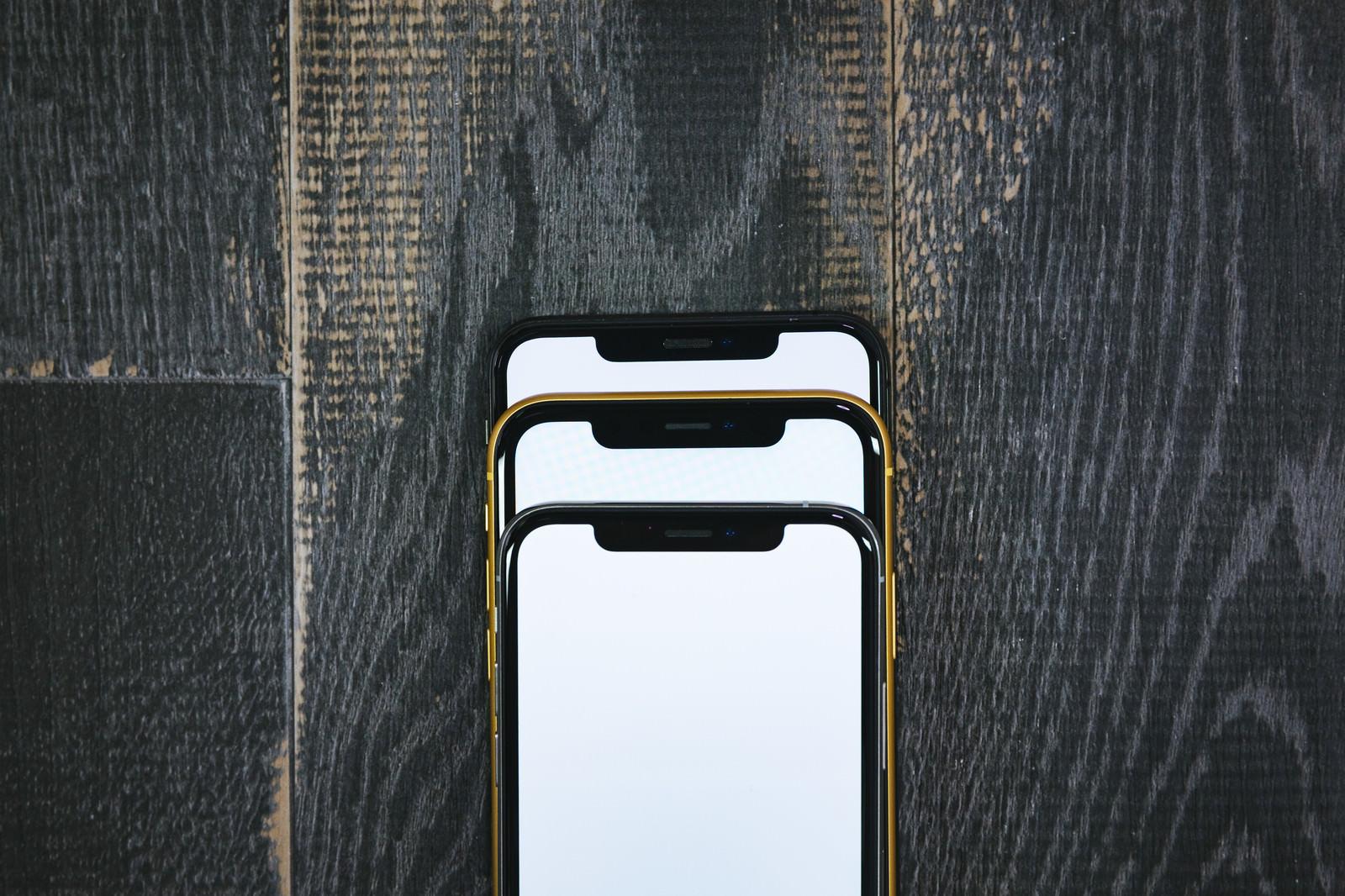 「iPhone XS と XR を重ねてノッチ部分を比較」の写真