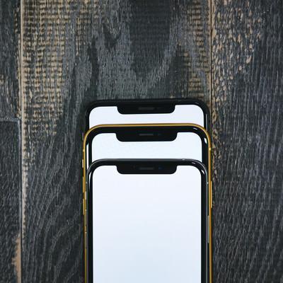 iPhone XS と XR を重ねてノッチ部分を比較の写真