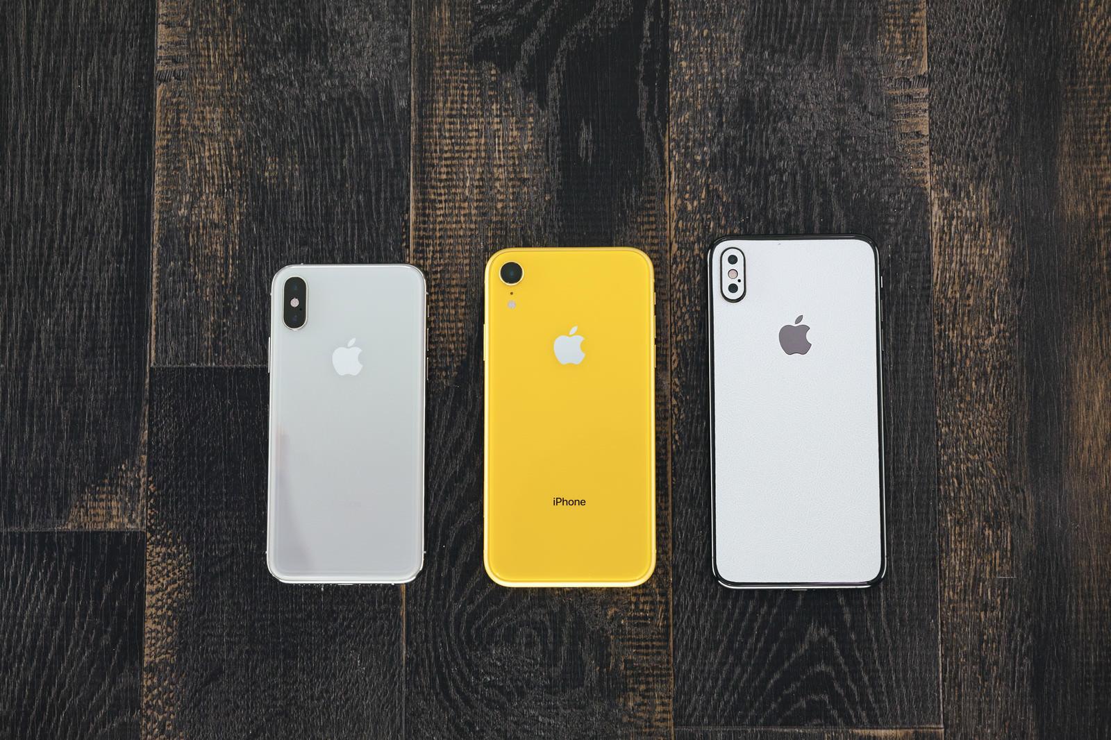 「iPhone XS のデュアルレンズと iPhone XR のレンズ」の写真