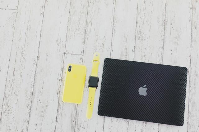 iPhone XR とマックブックなどの写真