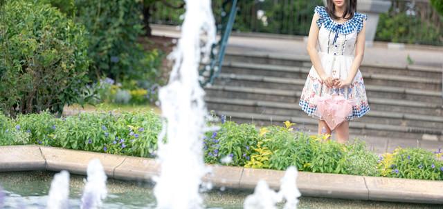 噴水の前で恋人と待ち合わせの写真