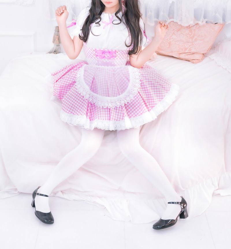 「ピンクのメイド服を着た女性 | 写真の無料素材・フリー素材 - ぱくたそ」の写真[モデル:石投げて美奈代]