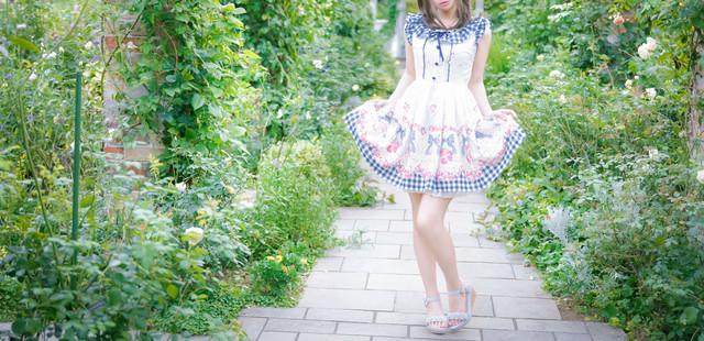 新緑のお庭をお散歩ふりふり森ガールの写真