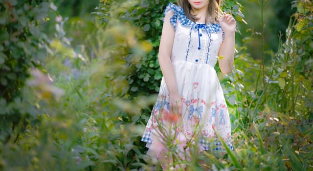 庭の植物とお嬢様の写真