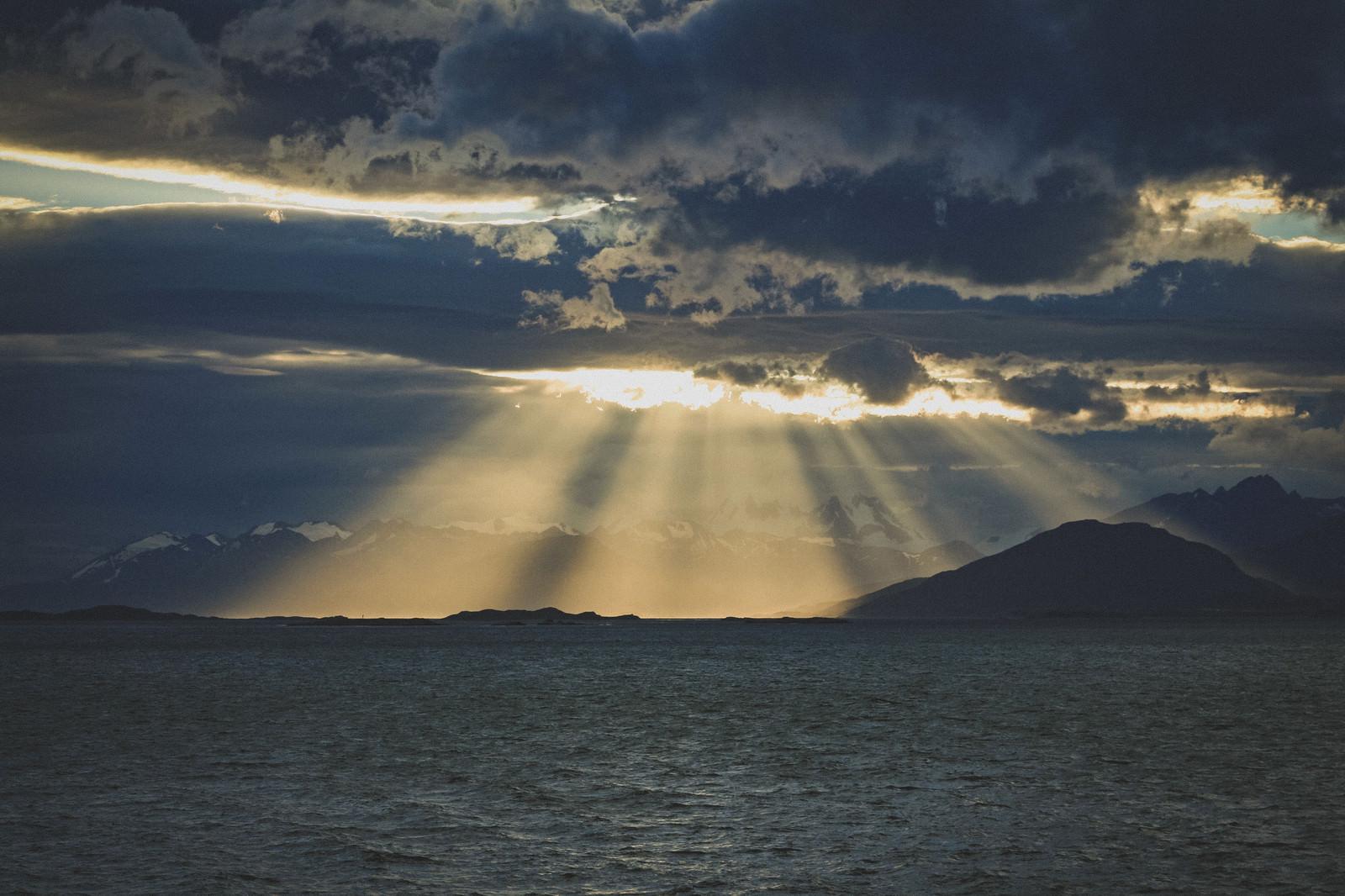 「雲間から舞降りる天使のはしご」の写真