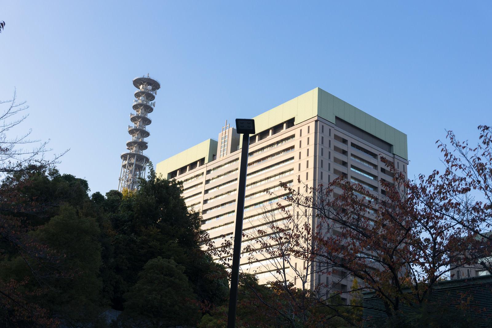「防衛省と通信用鉄塔」の写真