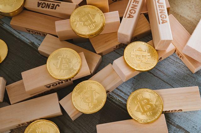 積み木とビットコインの写真