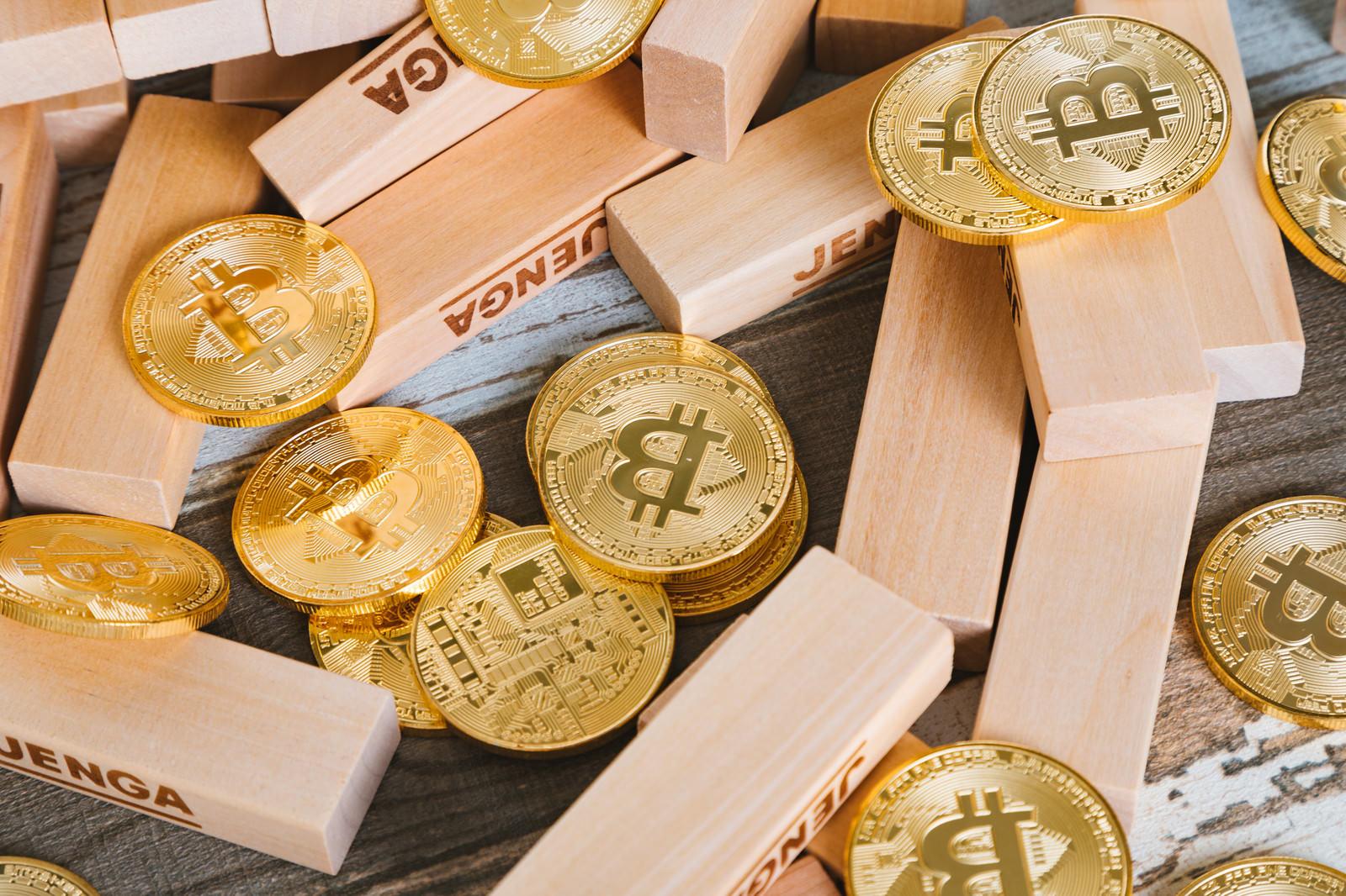 「崩れたジェンガとビットコイン崩れたジェンガとビットコイン」のフリー写真素材を拡大