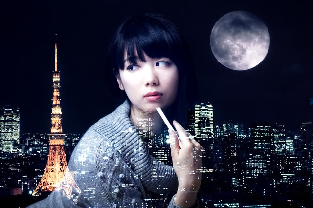 美女と東京タワーと満月(フォトモンタージュ)の写真
